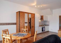 Kleine Ferienwohnung - Blick zu Ess-Ecke und Küche